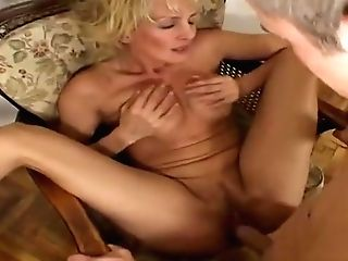 Beauteous Experienced Lady Comes With A Suck Off